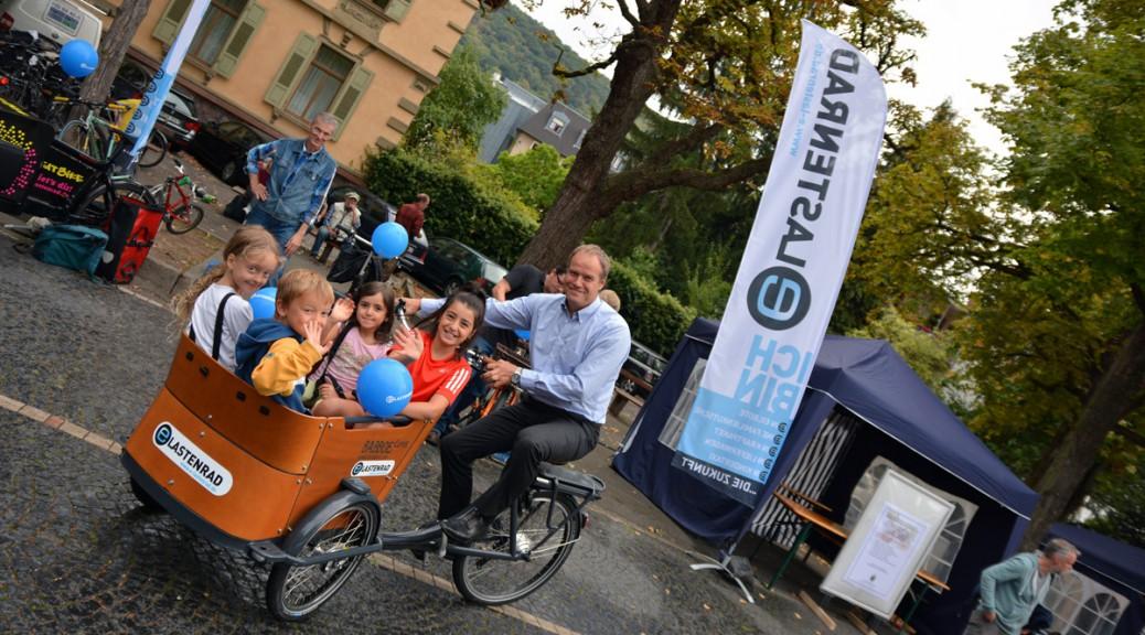 OB Dr. Würzner aus Heidelberg fährt Kindertaxi mit Babboe Curve